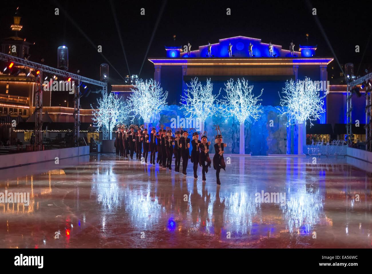 Die Eis-Show auf der Eisbahn beim Weihnachtsmarkt in Liseberg in Göteborg, Schweden. Stockbild