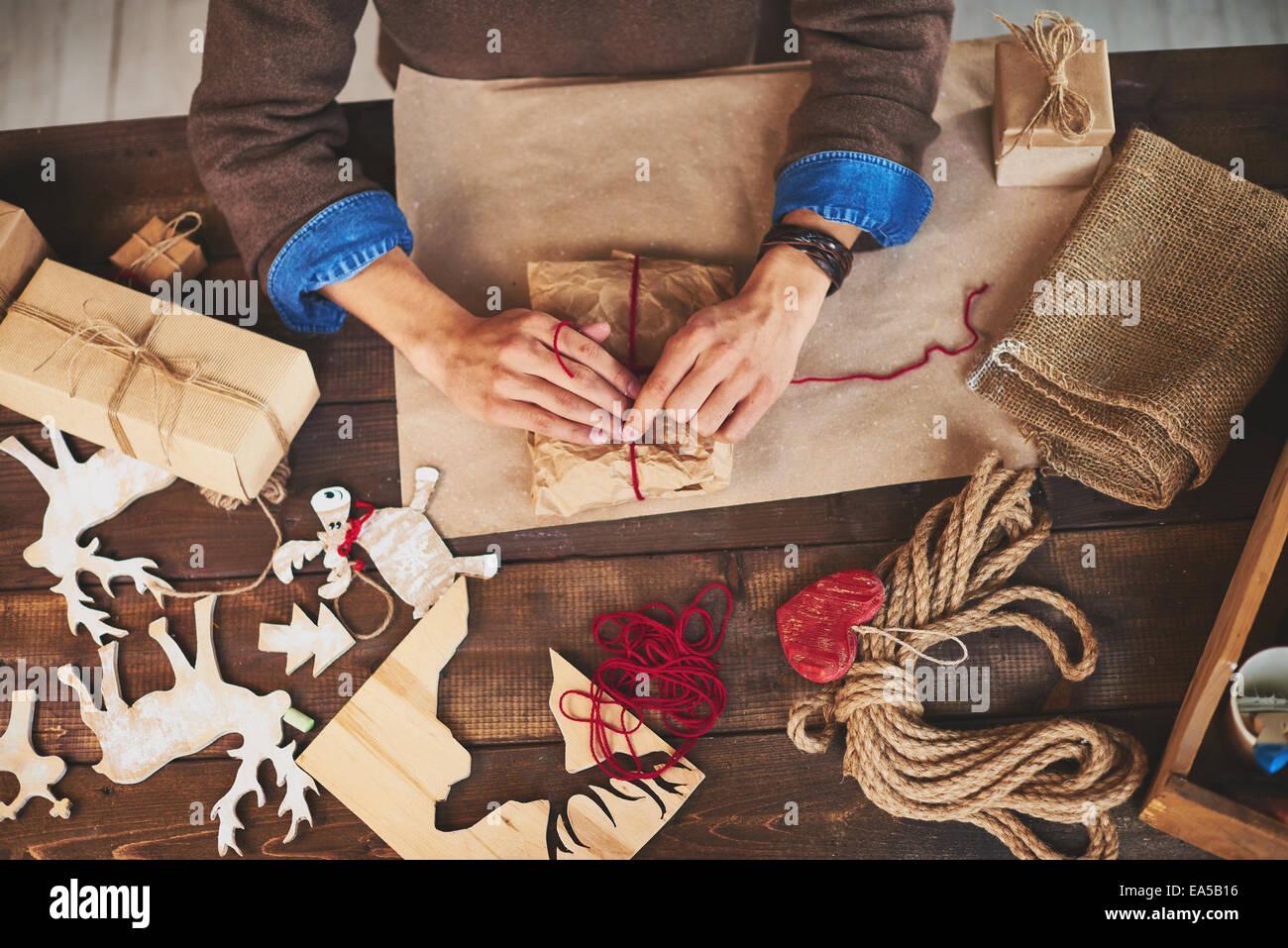 Männliche Hände Xmas Geschenke mit verschiedenen Symbolen der Urlaub ...