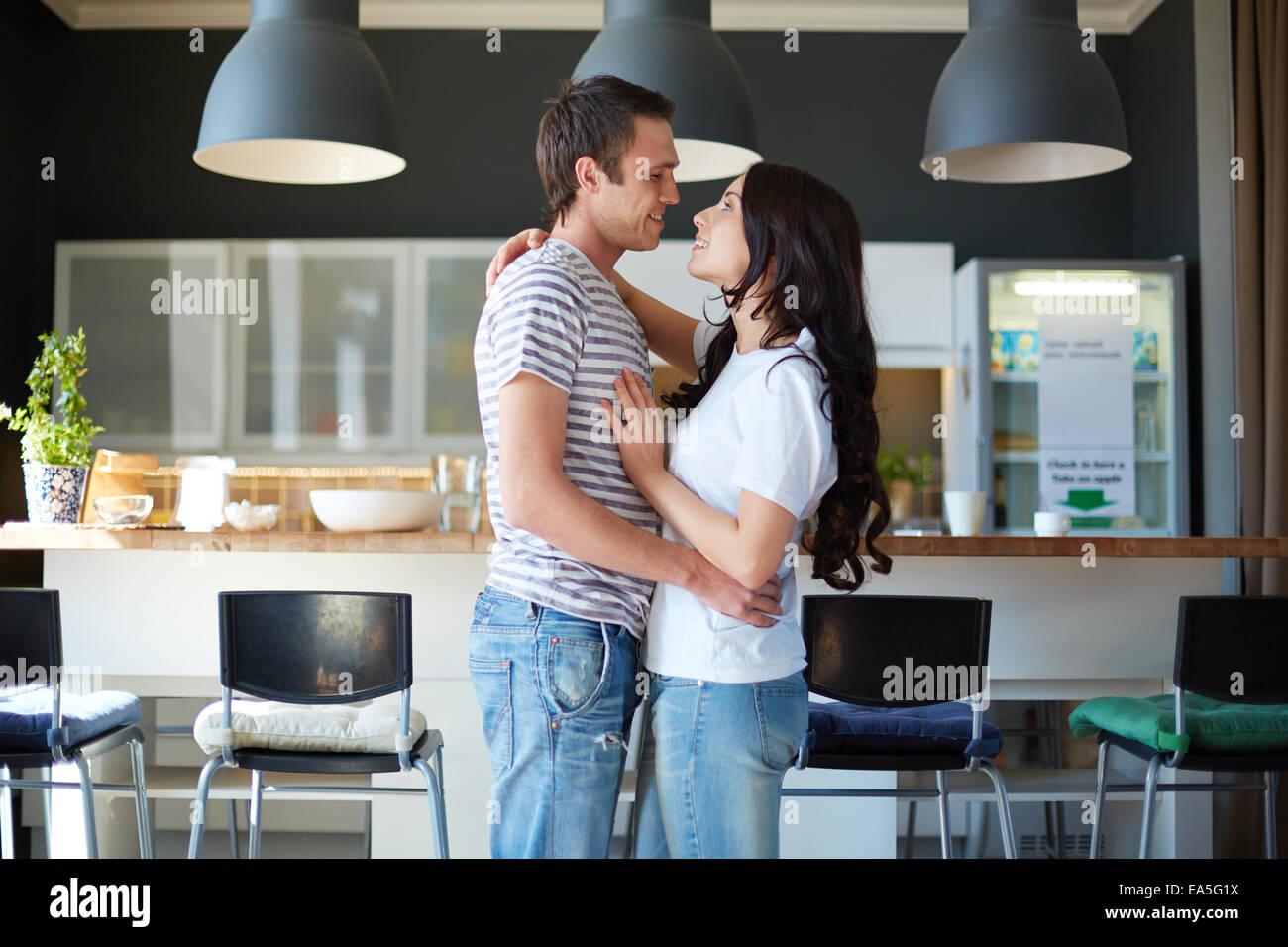 Verliebter Mann und Frau einander mit einem Lächeln betrachten Stockbild