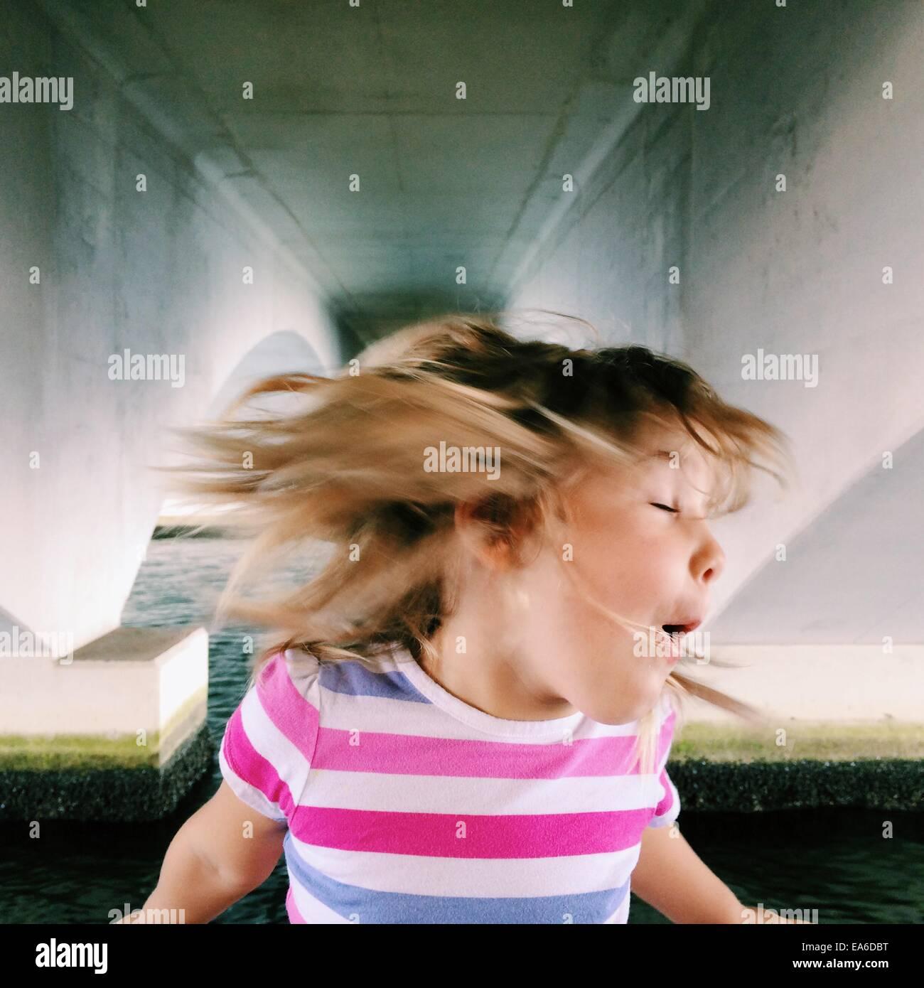 USA, Florida, Palm Beach County, West Palm Beach, Mädchen (2-3) schütteln den Kopf Stockbild