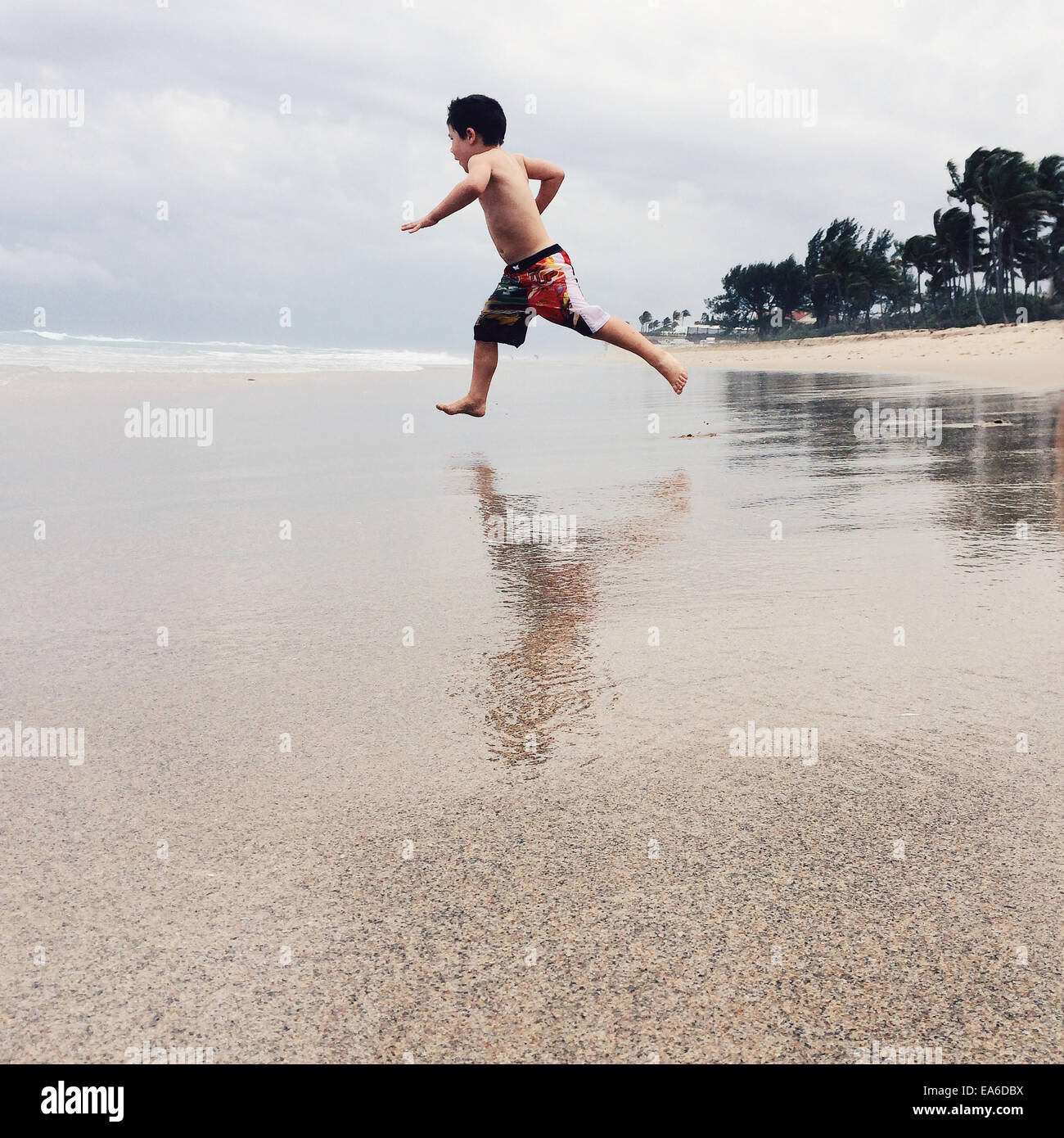 USA, Florida, Palm Beach County, West Palm Beach Boy (2-3) laufen am Strand Stockbild