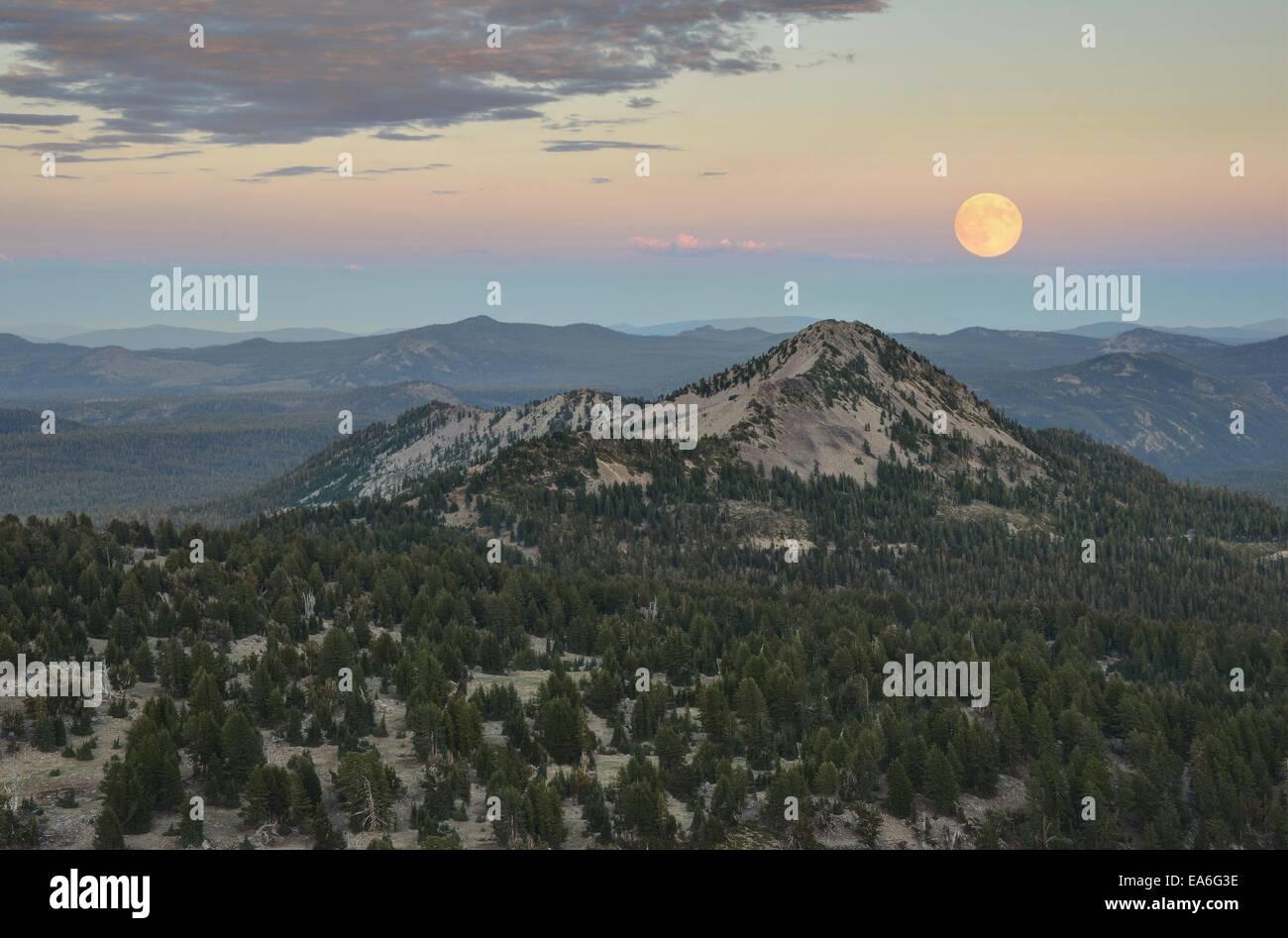 Rising Moon Over Lesung Peak, Lassen Volcanic Nationalpark, California, USA Stockbild