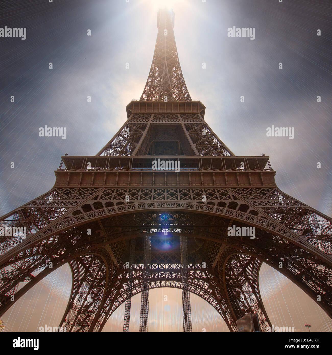 Frankreich, Paris, niedrigen Winkel Blick auf Eiffelturm Stockbild