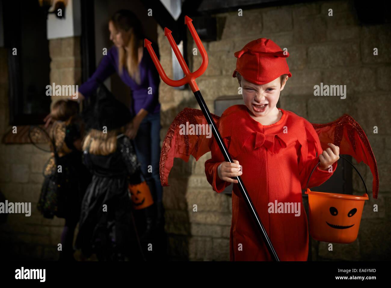 Halloween-Party mit Kinder Süßes oder Saures In Tracht Stockbild