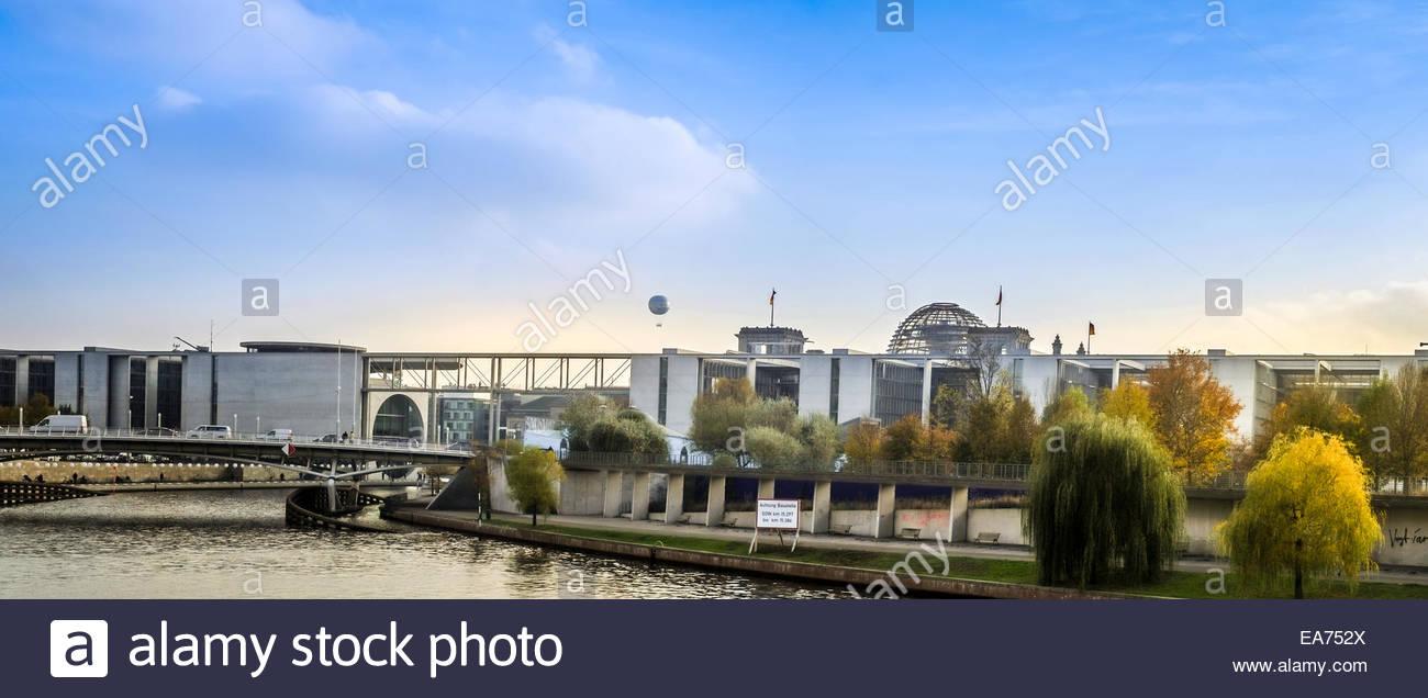 Berliner Spreeufer - Regierungsviertel im Hintergrund Stockbild