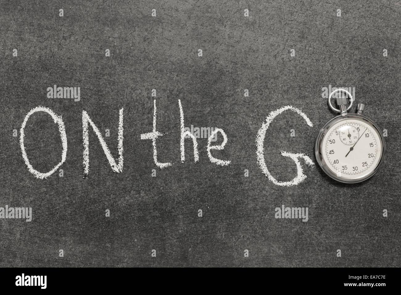 auf dem gehen Ausdruck handschriftlich auf Tafel mit Vintage präzise Stoppuhr verwendet anstelle von O Stockbild