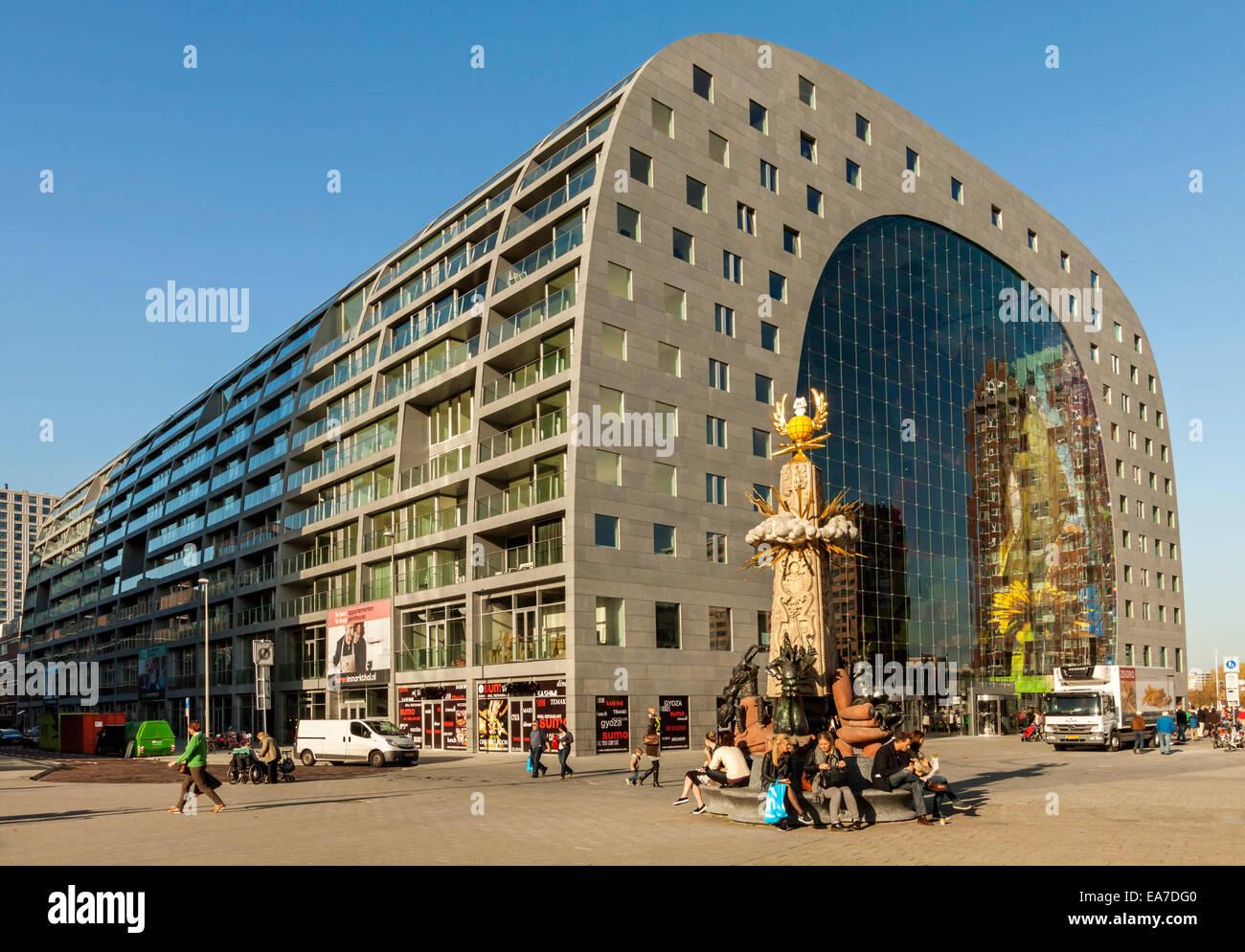 Außenansicht der neuen Markthalle oder im niederländischen Markthal Rotterdam in Rotterdam, Zuid-Holland, Stockbild