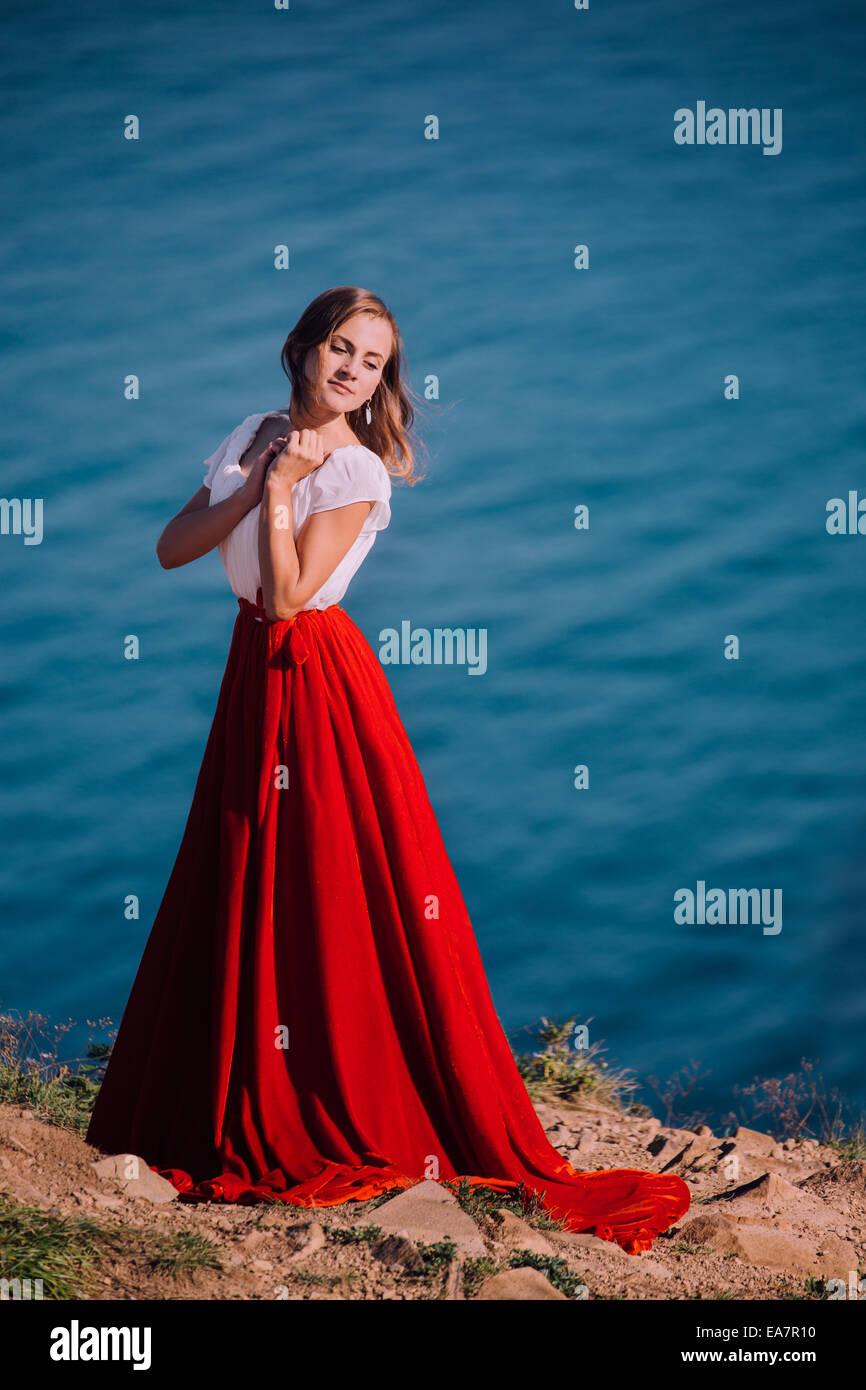 Schöne Mädchen, gekleidet in weißen und roten Kleid Stockbild