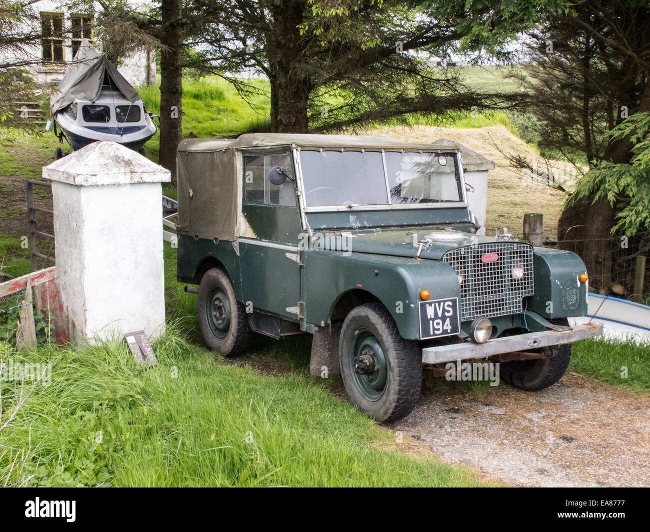 landrover serie 1 parkte vor einer h tte in brogaig staffin isle of skye innere hebriden. Black Bedroom Furniture Sets. Home Design Ideas