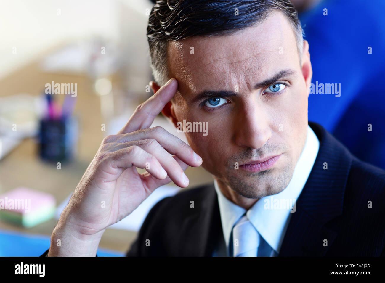 Porträt eines zuversichtlich ernsthaften Geschäftsmann Stockbild
