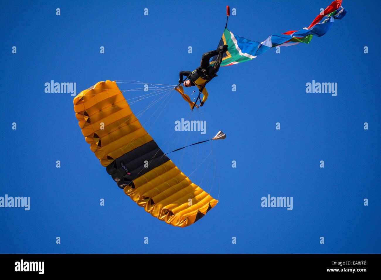 Fallschirmspringer direkt oberhalb der Fotograf bei der Lowveld Air Show Stockbild