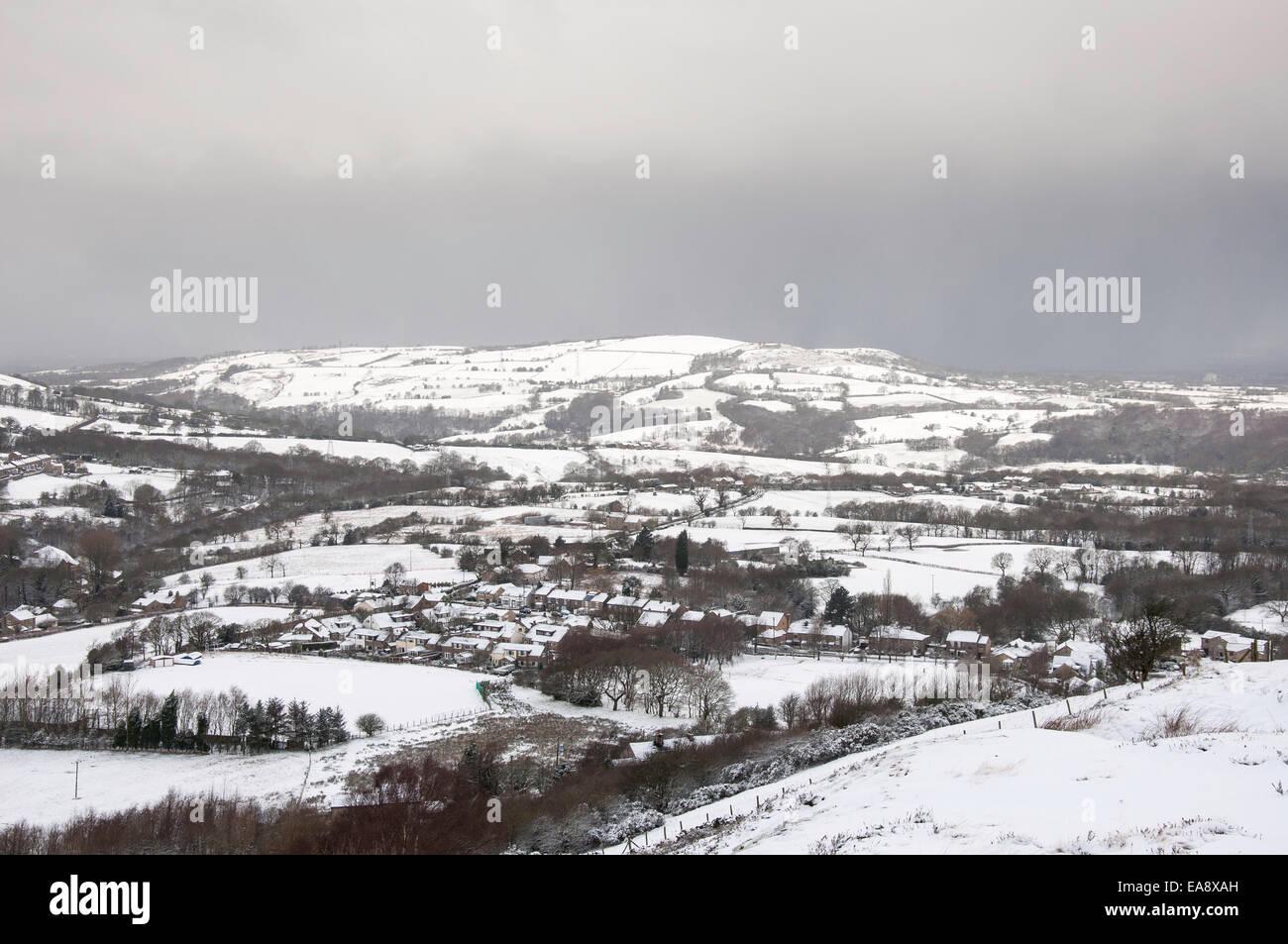 Dorf von Charlesworth im Schnee mit dunklen Wolken bereit, anderen zu geben mit Schnee bedeckt. Stockbild