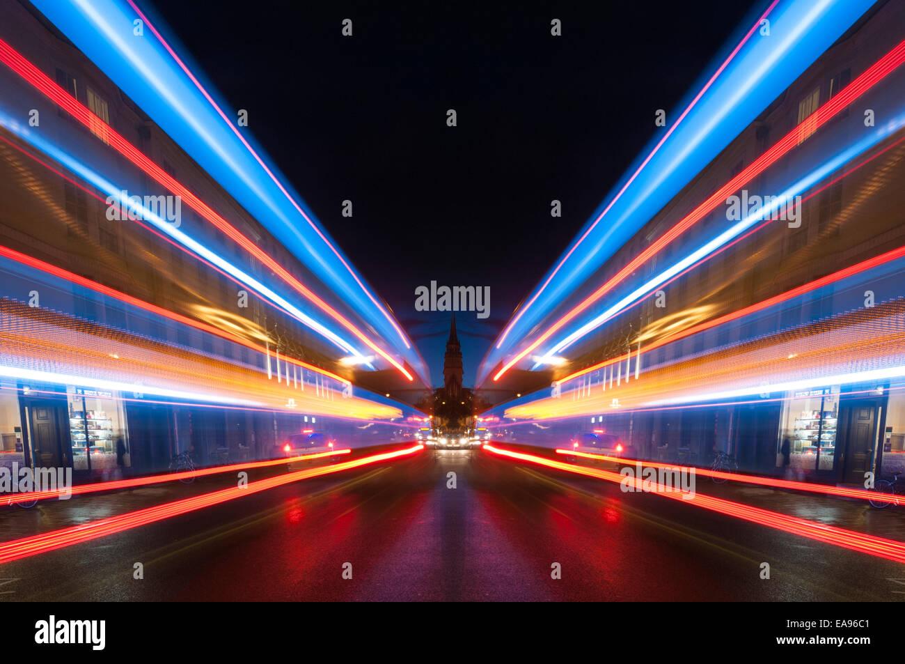 Symmetrische Lichtstreifen entlang der Oxford High Street in der Nacht Stockbild