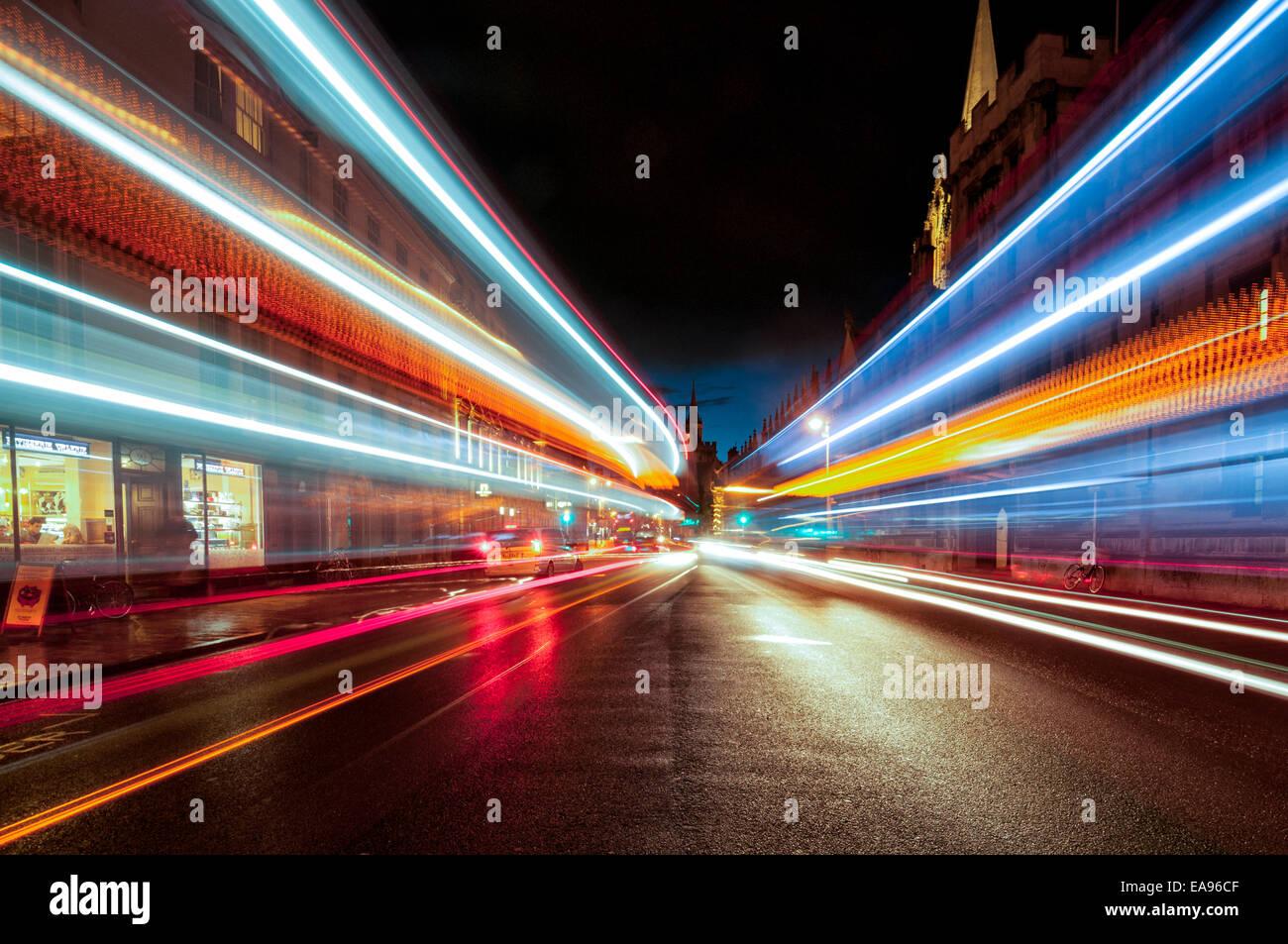 Oxford High Street in der Nacht mit Leuchtspuren von vorbeifahrenden Fahrzeugen Stockbild