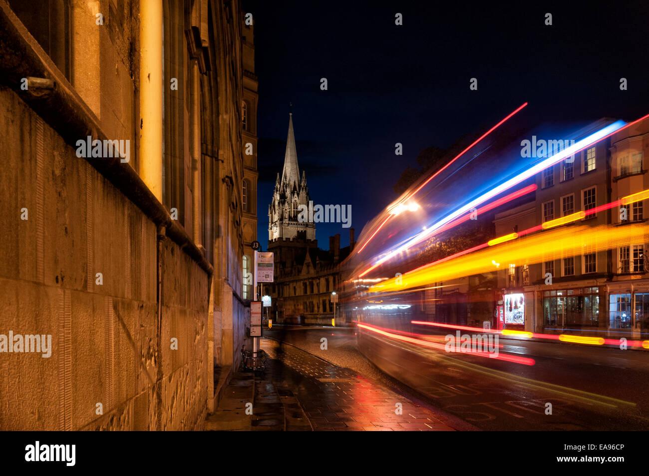 Oxford High Street in der Nacht mit Streifen von Licht aus einem vorbeifahrenden bus Stockbild