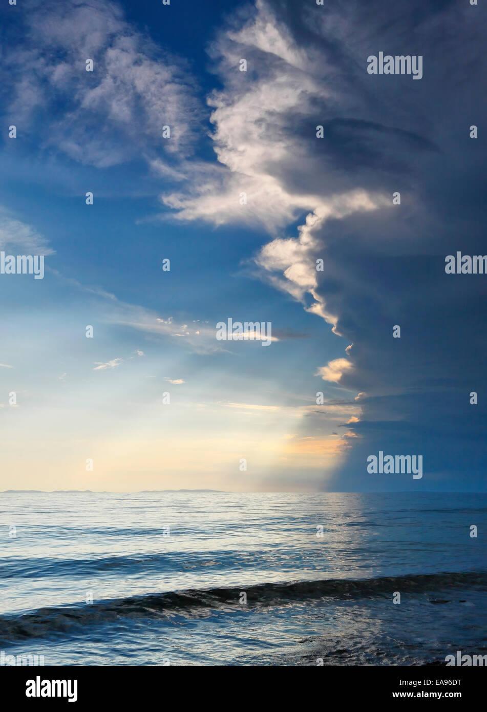 Gewitterwolken über dem Ozean Stockbild