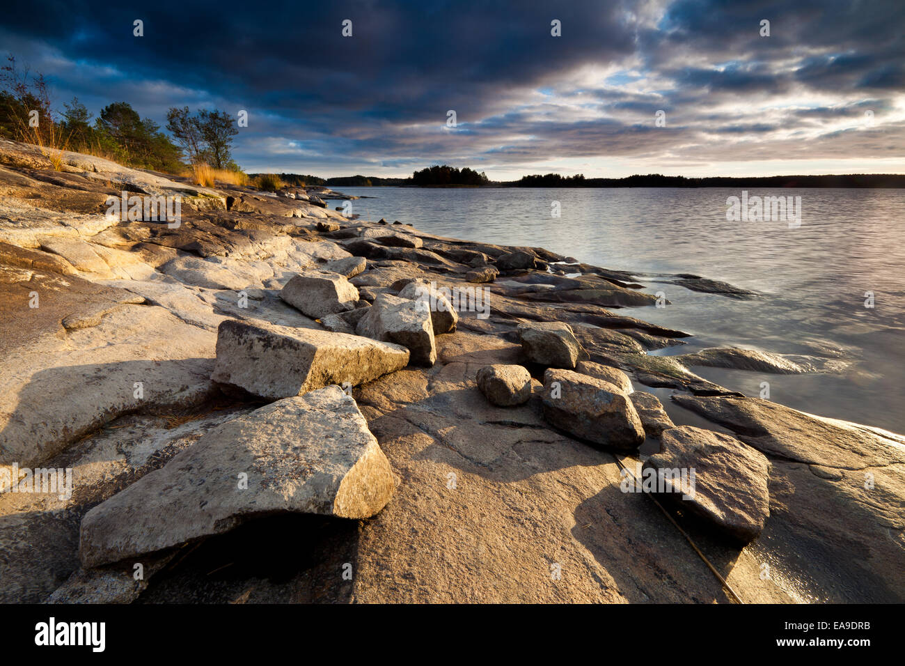 Felsen am See auf der Insel Brattholmen in den See Vansjø, Råde Kommune, Østfold Fylke, Norwegen. Stockbild
