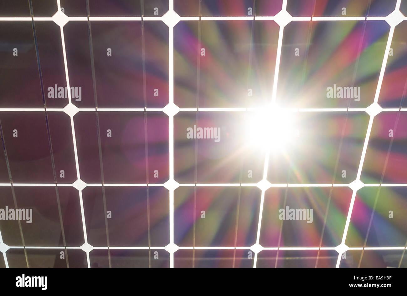 Solar-Panels wit Sonne platzen Flare. Solar-Panel gesehen von hinten unten. Solarzellen auf Klarglas mit Sonne durch. Stockbild