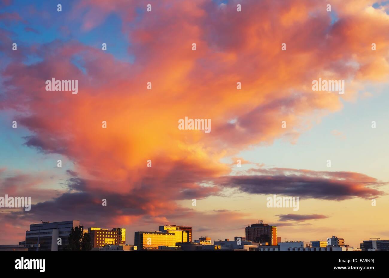 Helle Wolken über Frankfurt Stockbild