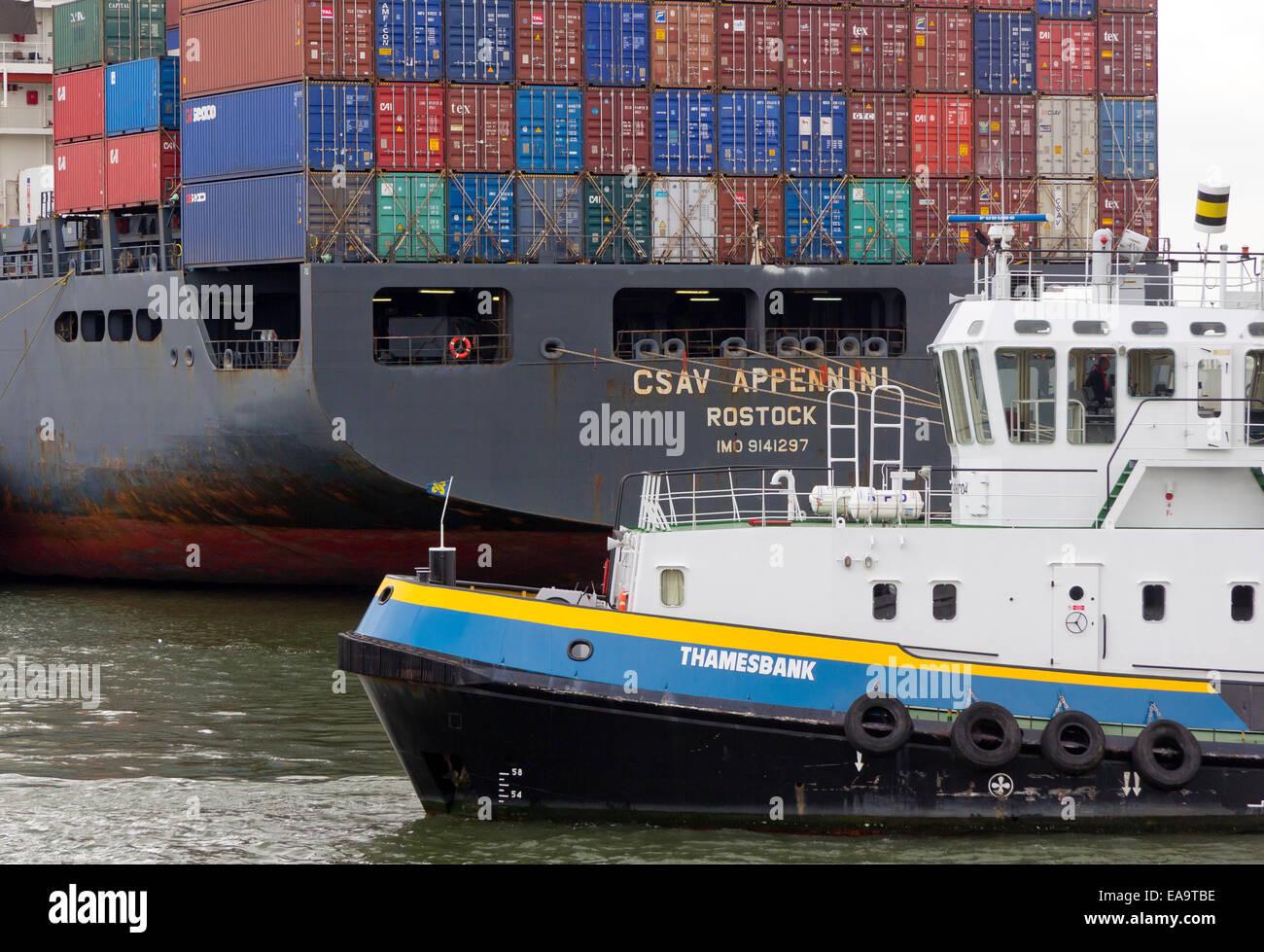 Schiffscontainer Größe stapel schiffscontainern aufgetürmt auf einem containerschiff im