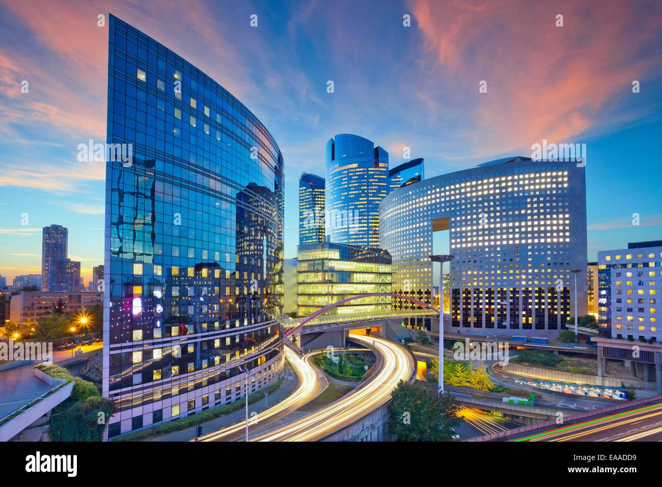 Bild von Bürogebäuden im modernen Teil von Paris - La Défense während des Sonnenuntergangs. Stockbild