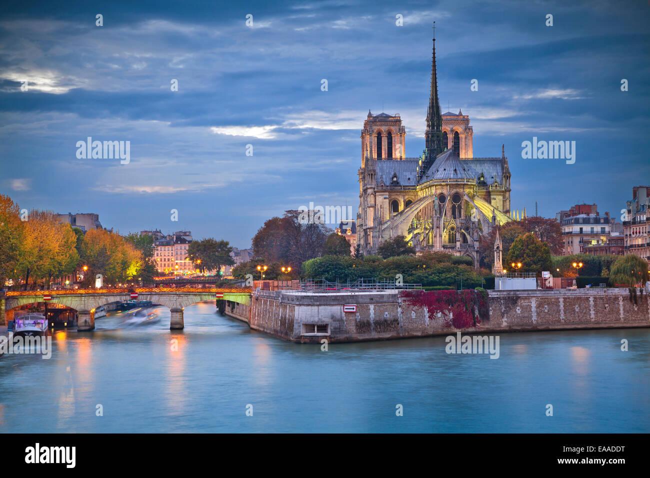 Bild der Kathedrale Notre-Dame in der Abenddämmerung in Paris, Frankreich. Stockbild