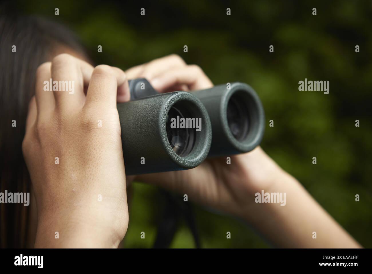 Ein junges mädchen mit vogelbeobachtung fernglas stockfoto bild