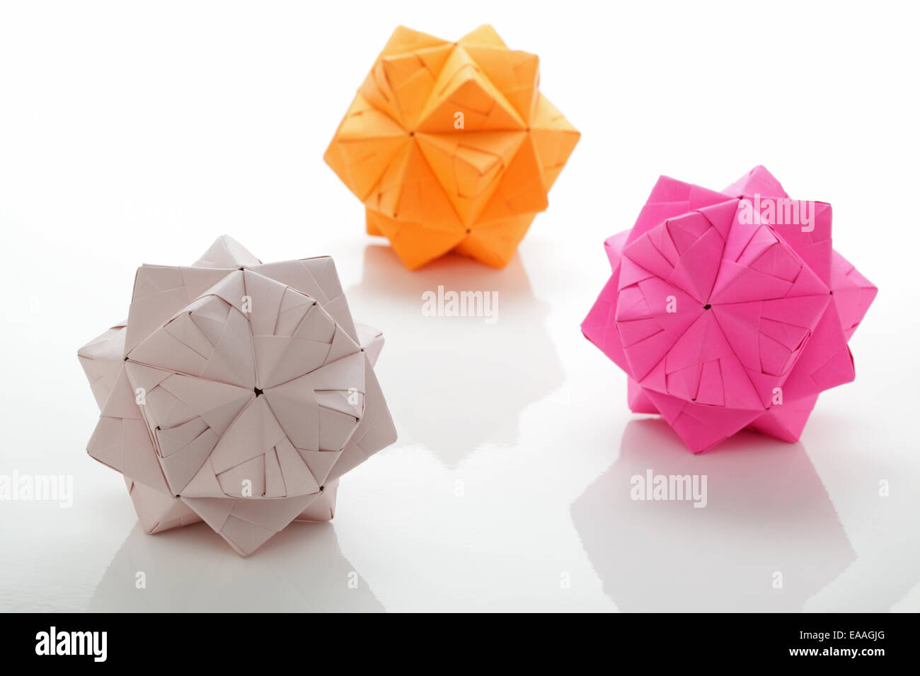 Drei geometrischen modulare Origami facettenreiche Kugeln Stockbild