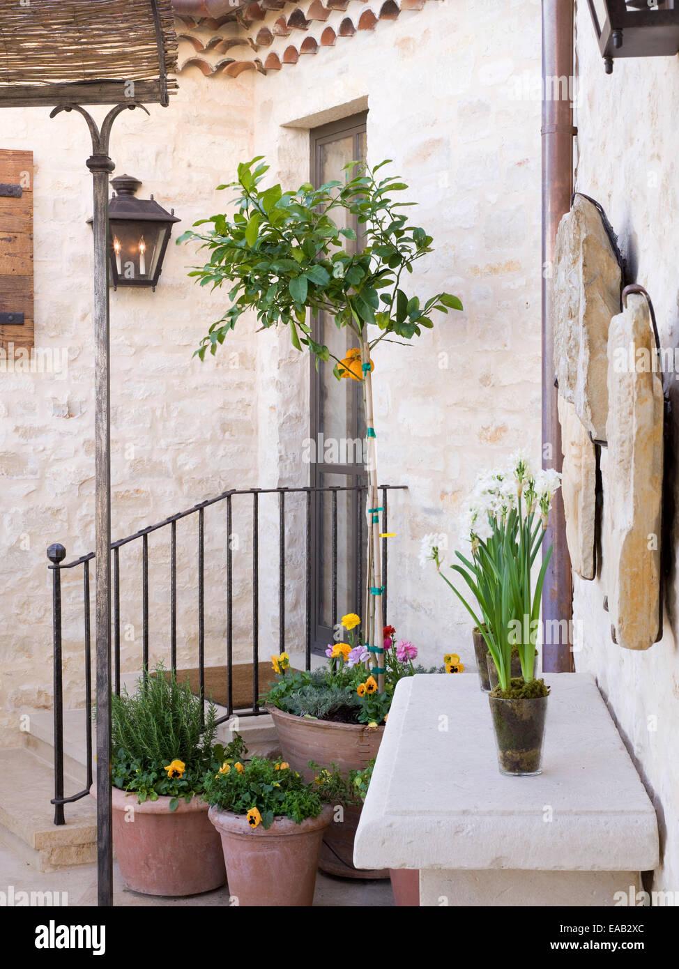 steinernen Terrasse mit Gartenbausteinen Stockbild