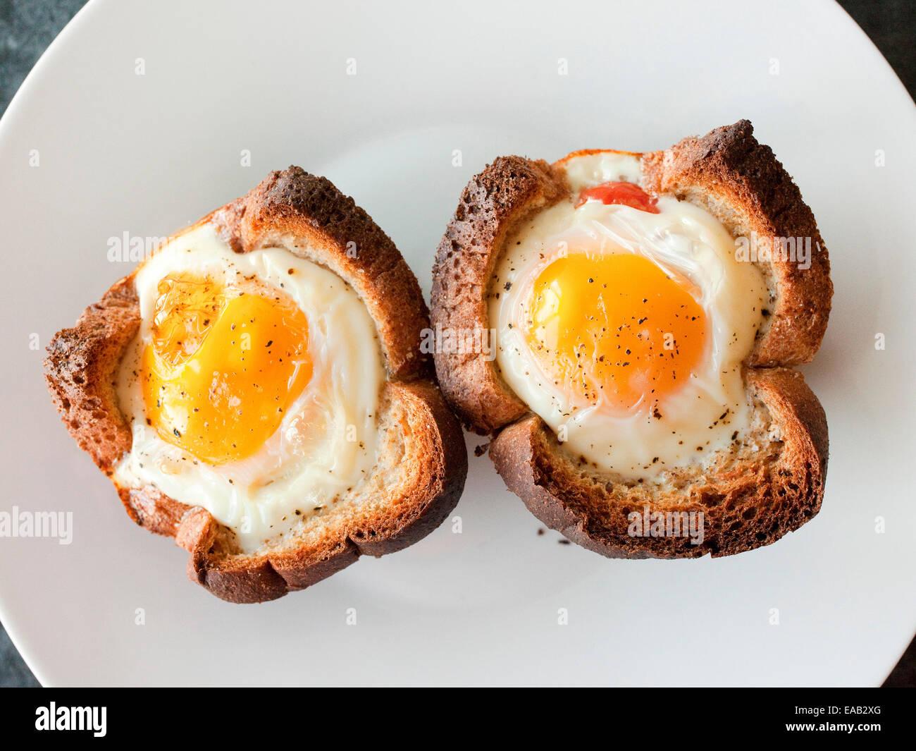 Zwei Sonnenseite Eier im Toast gebacken Stockbild