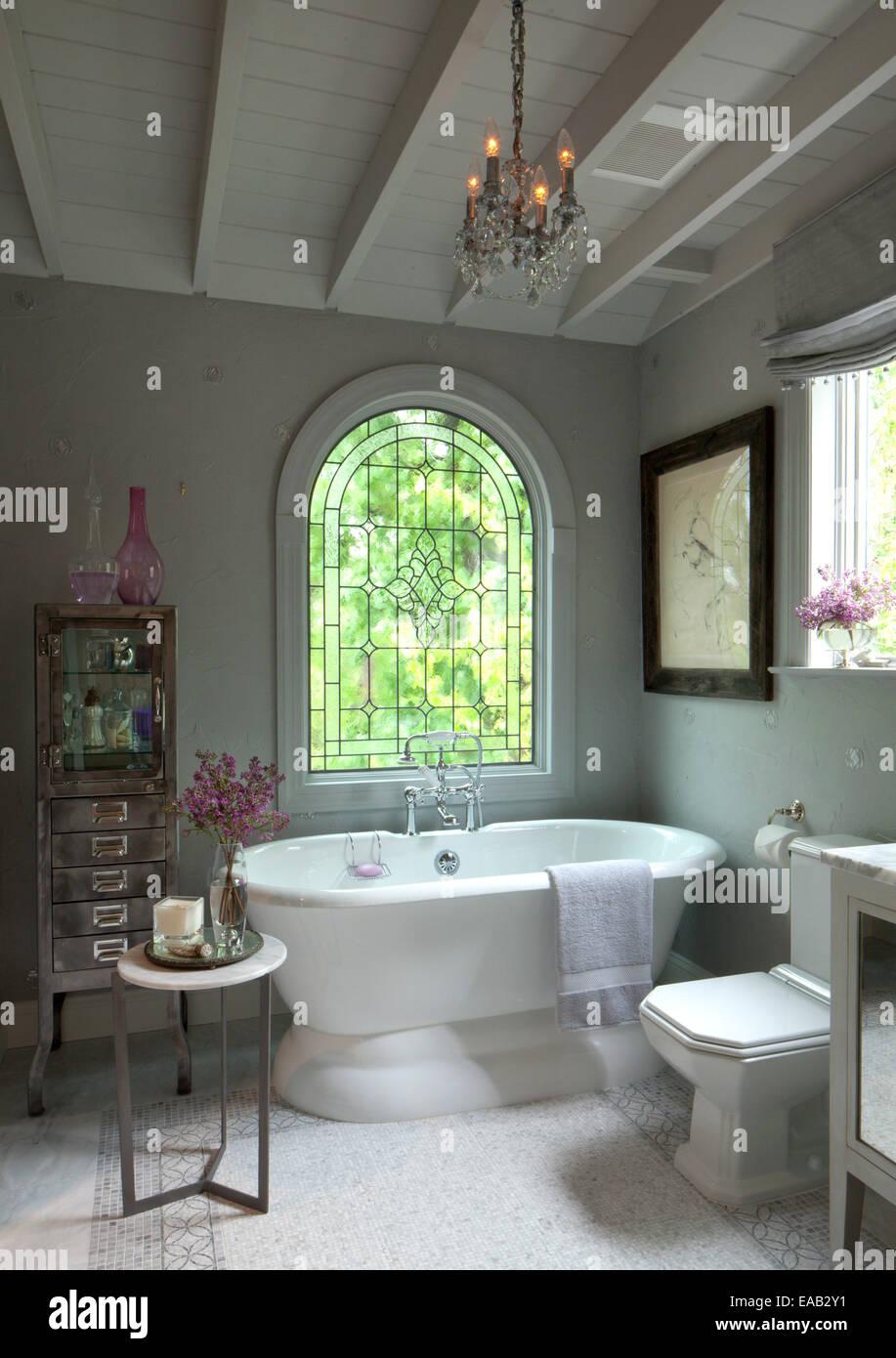 Moderne Badezimmer mit Badewanne Stockfoto, Bild: 75231829 - Alamy