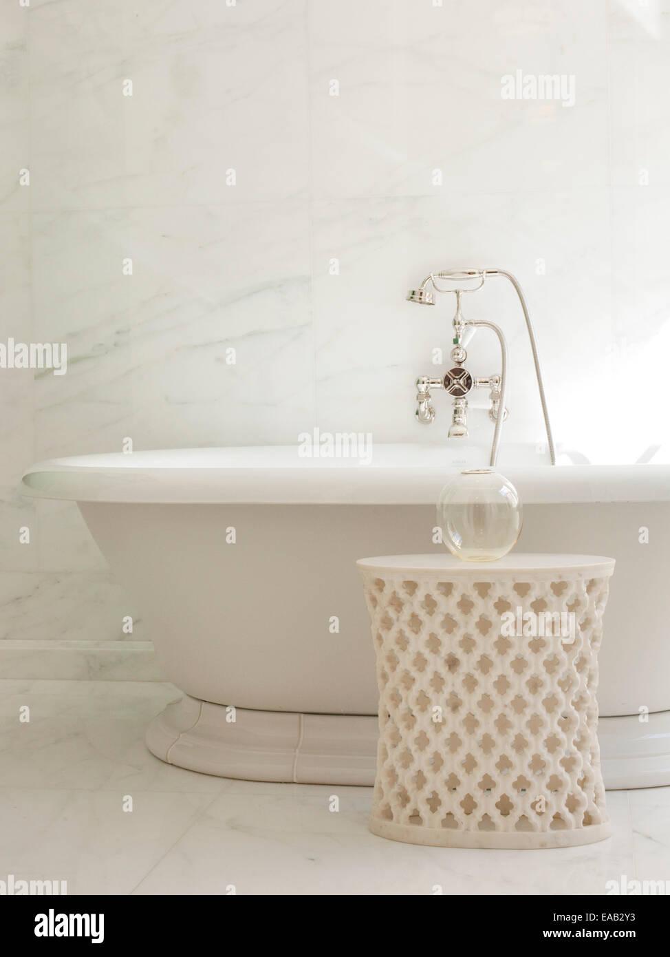 Detail der Marmorbadewanne und Wasserhahn Stockbild
