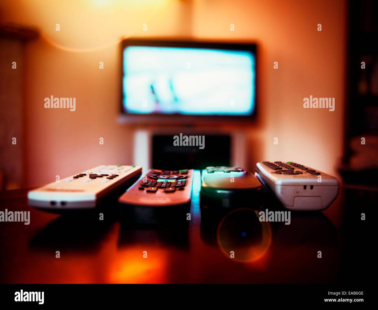 Vier Geräte Fernbedienung und tv Stockbild