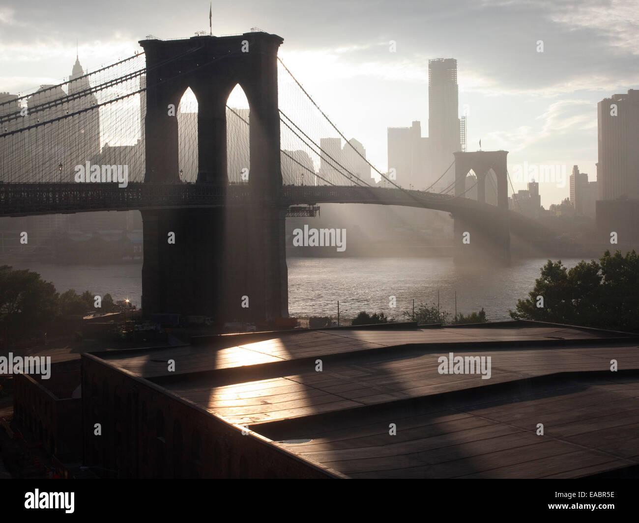 Brooklyn Bridge in der Dämmerung Stockbild