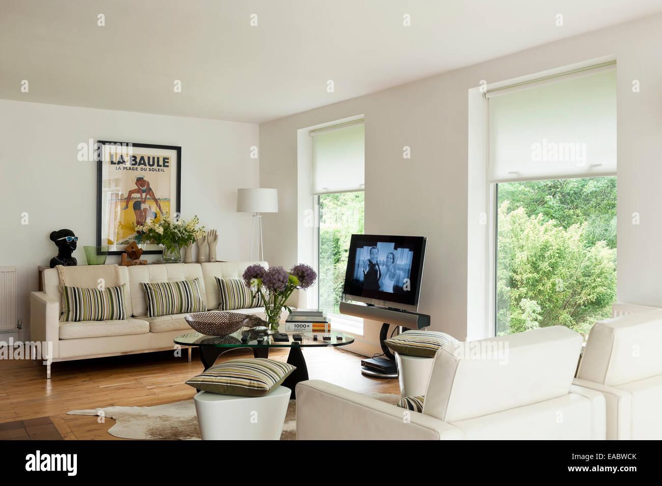 Gro en wei en kn pfen sofa mit gestreiften kissen im wohnzimmer mit gerahmten vintage poster - Poster wohnzimmer ...
