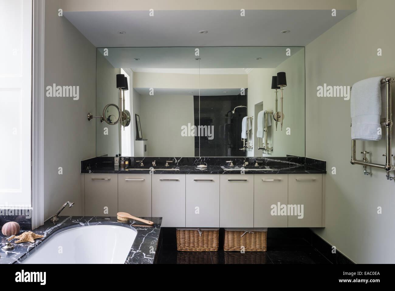 Italienische Nero Maquino Marmor im Badezimmer mit Wandspiegel ...