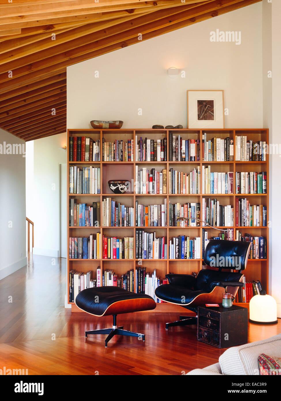 Zeitgenössische Wohnzimmer Mit Bücherregalen Und Eames Lounge Chair Und  Ottoman Von Herman Miller