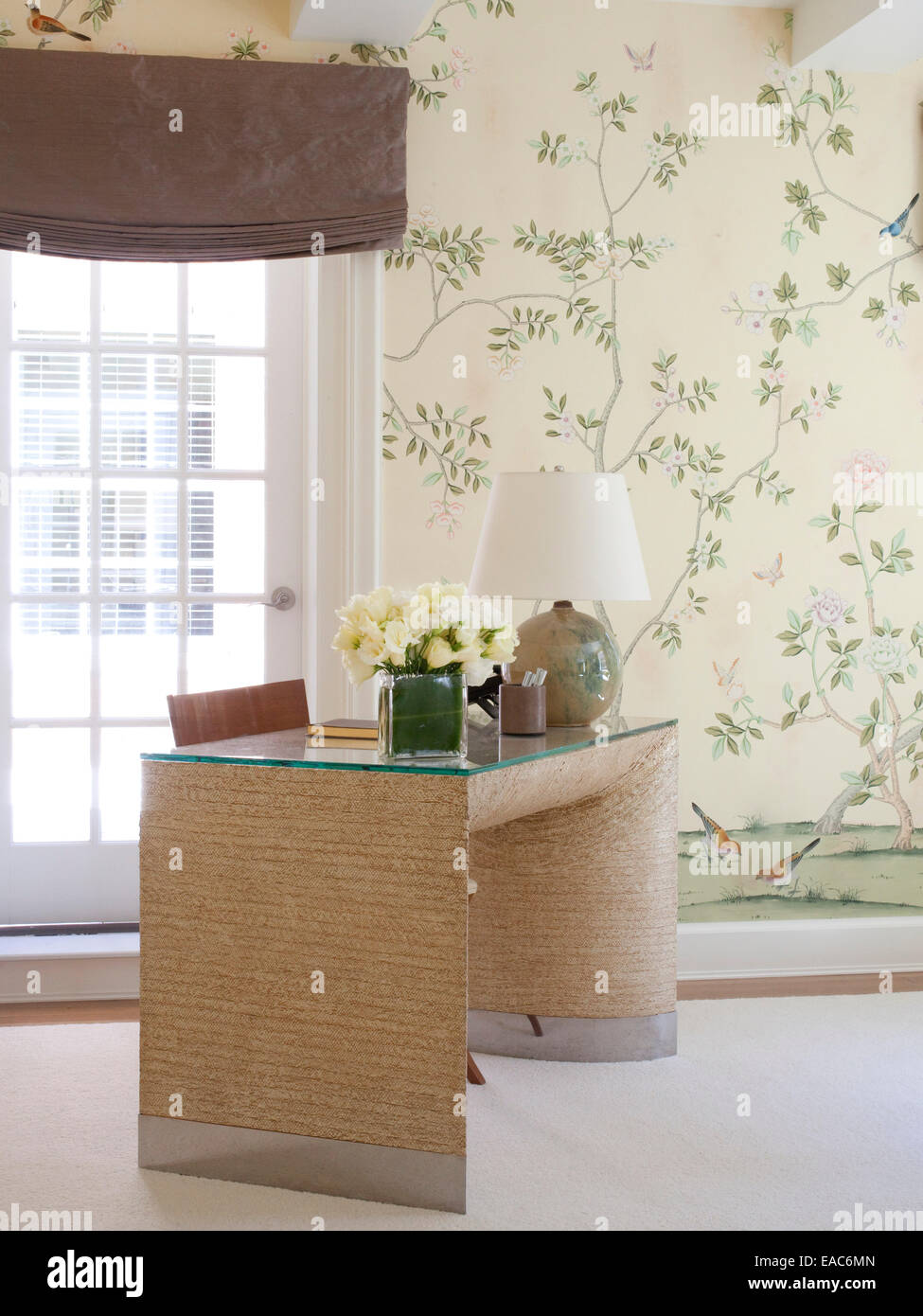 Home Studium mit Schreibtisch und weiße Rosen Stockbild