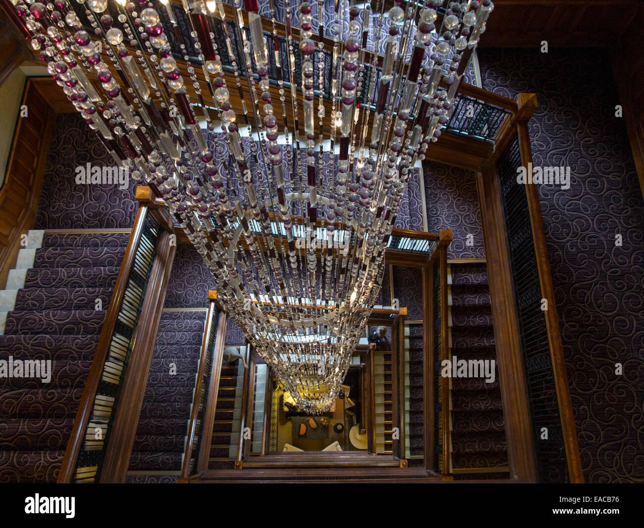 Kristall Perlen Kronleuchter ~ Ein riesiger kronleuchter in einem hotel bestehend aus kristallen