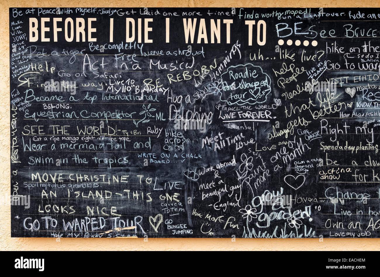"""Tafel auf Salt Spring Island mit """"bevor ich sterbe möchte ich-"""" Aussagen. Stockbild"""
