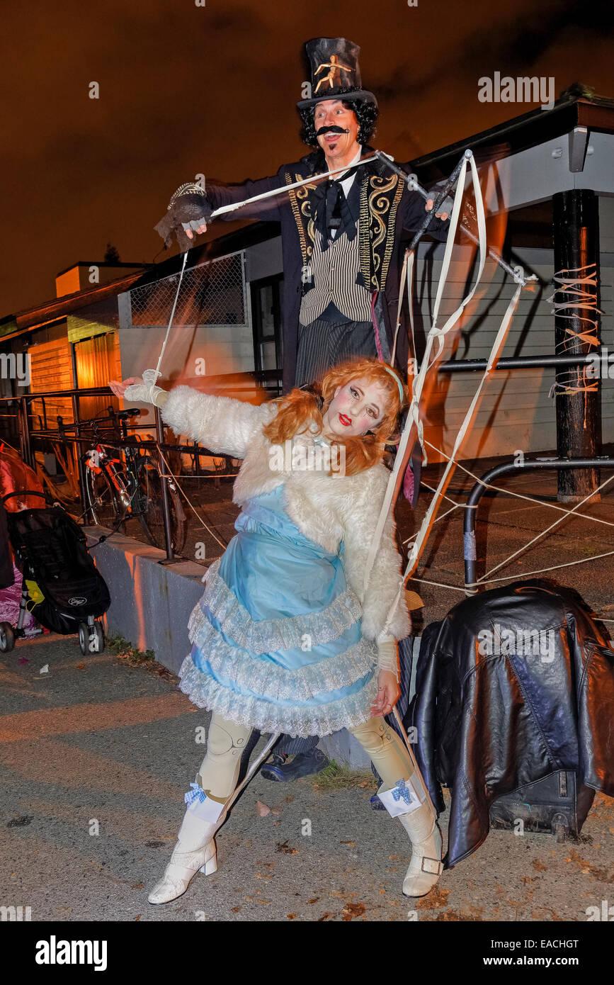 Menschliche Marionette, Parade verloren Seelen Festival 2014, Commercial Drive Nachbarschaft, Vancouver, Britisch Stockbild