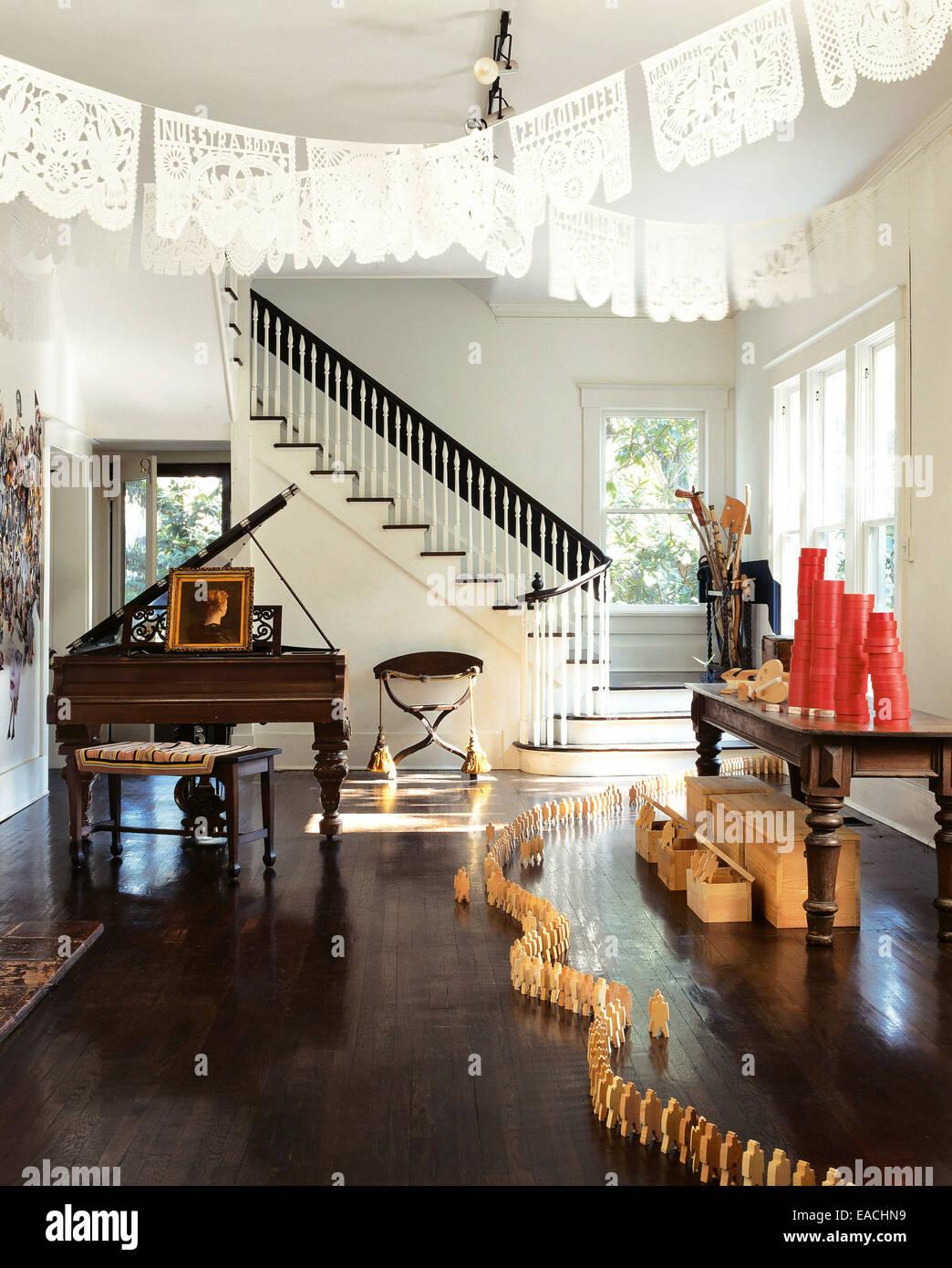 wohnzimmer mit formalen klavier und h lzerne figur dekoration stockfoto bild 75265381 alamy. Black Bedroom Furniture Sets. Home Design Ideas