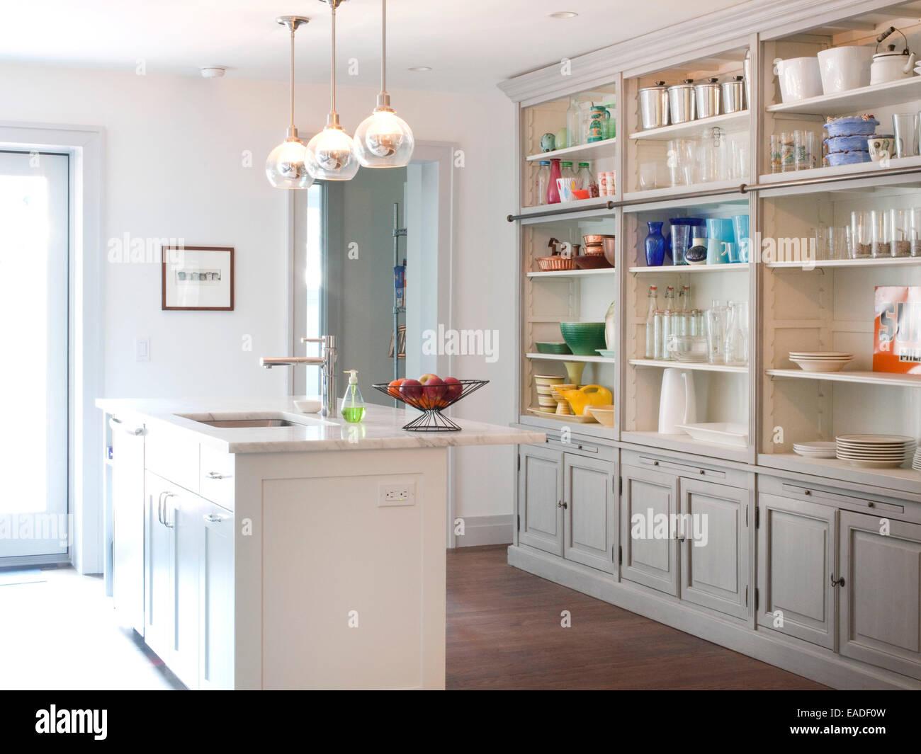 Kücheninsel und Lagerung Stockbild