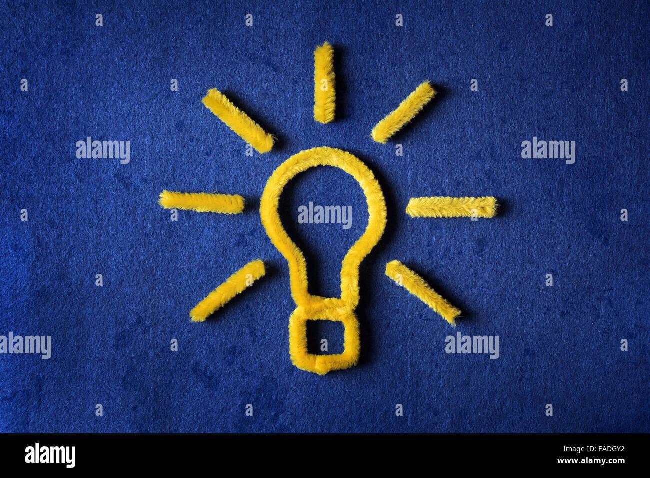 Inspiration-Konzept gelben Pfeifenputzer Glühbirne Metapher für gute Idee Stockbild