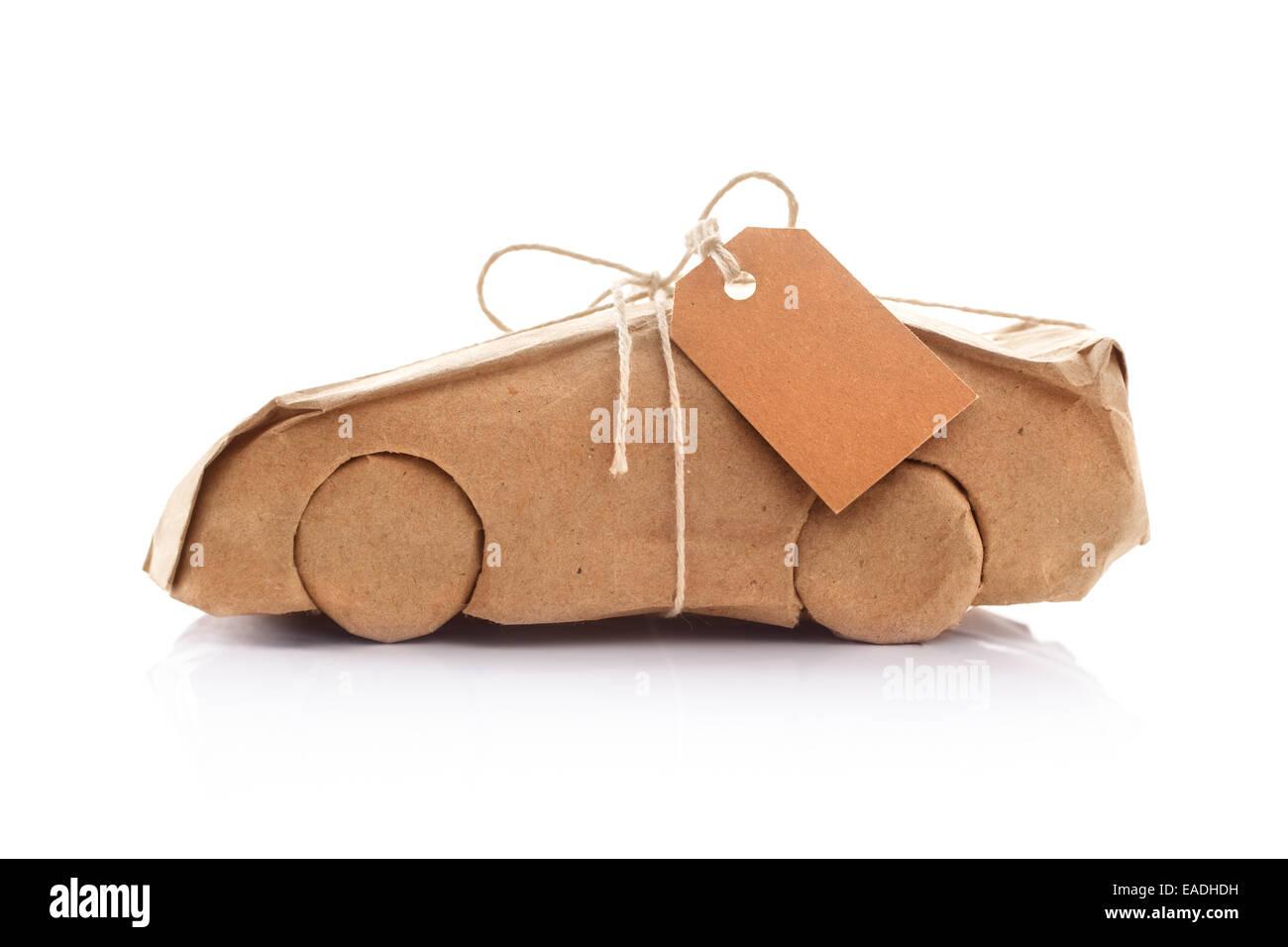 Auto in Packpapier eingewickelt Stockbild