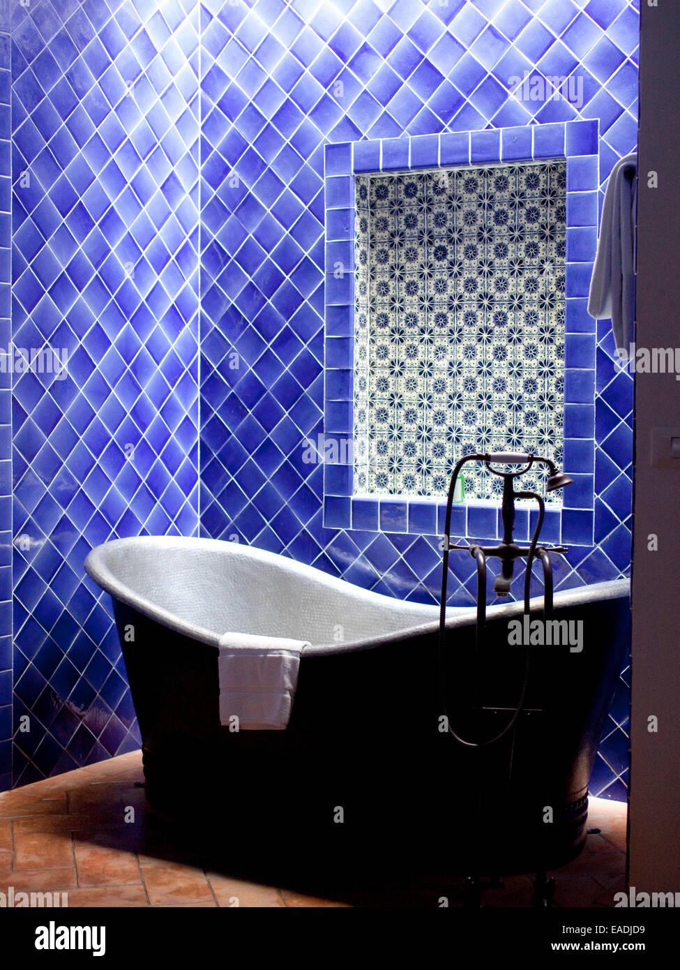 Tiled stockfotos tiled bilder alamy - Geflieste badewanne ...