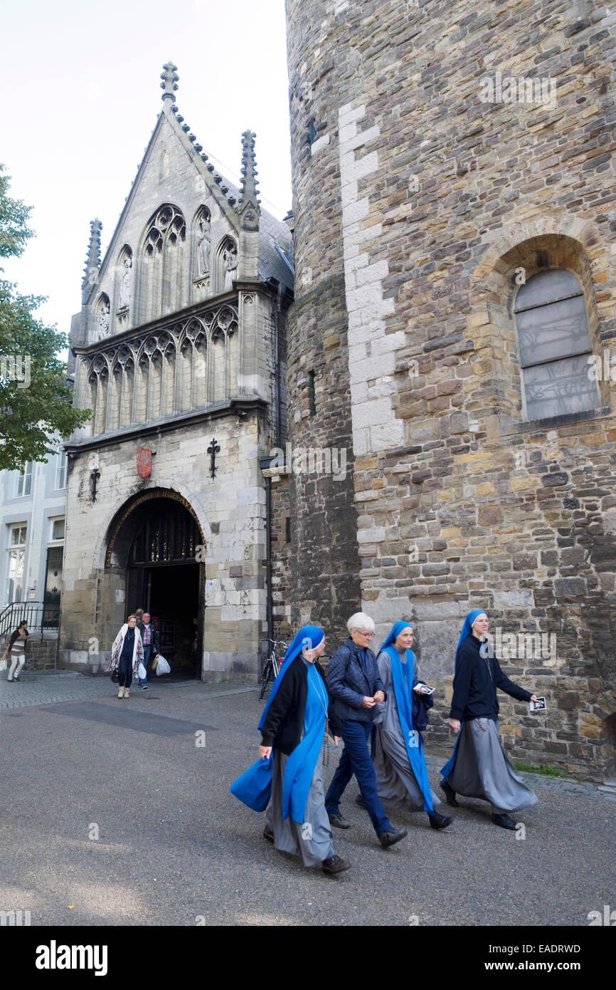 Nonnen gehen nebeneinander vor der Basilika der Muttergottes-Kirche in Maastricht, Niederlande, Europa Stockbild
