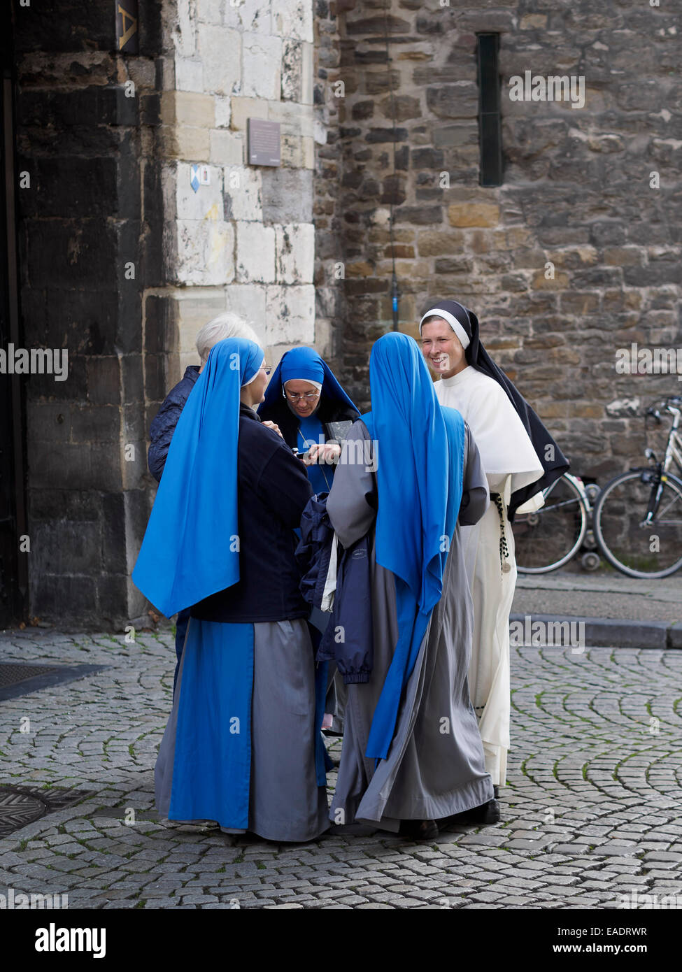 Nonnen im Chat außerhalb der Kirche Stockbild
