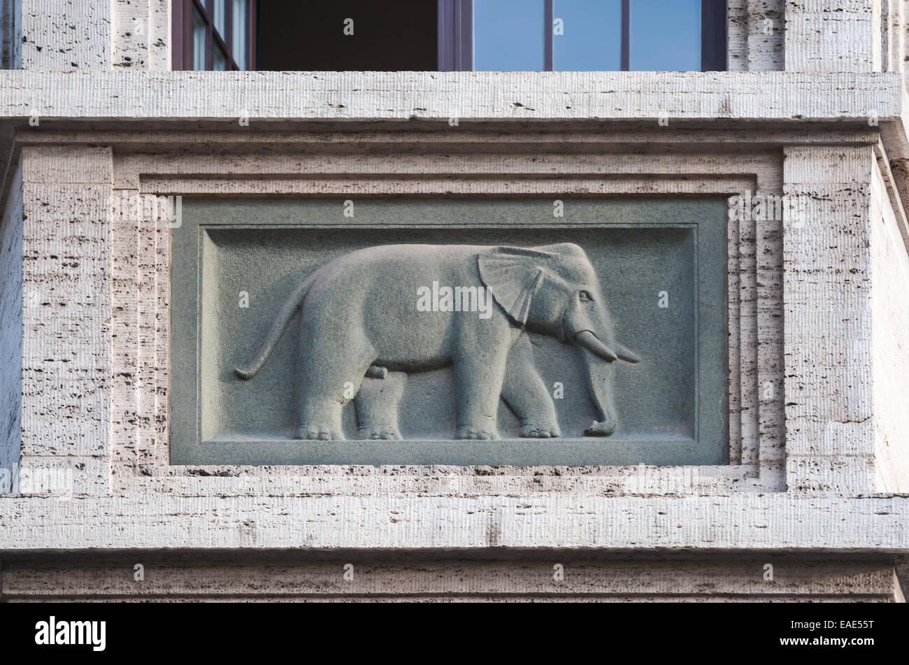 Elefant im Relief auf dem Balkon des Hotel Elephant, Weimar, Thüringen, Deutschland Stockbild