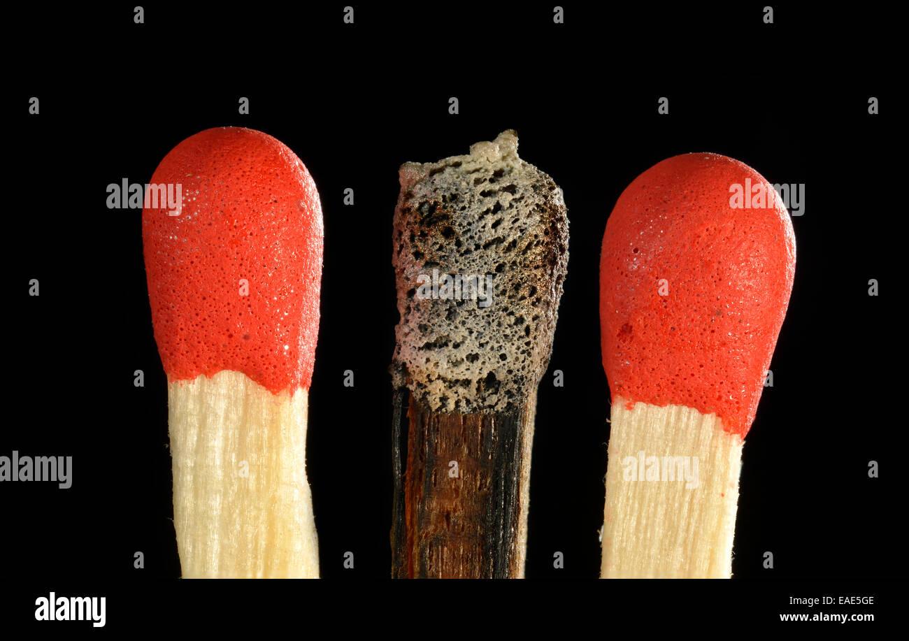 Spiele mit einem verbrannten Streichholzkopf, symbolisches Bild von Burn-Out, Mobbing, Ausgrenzung, Einzelgänger, Stockbild